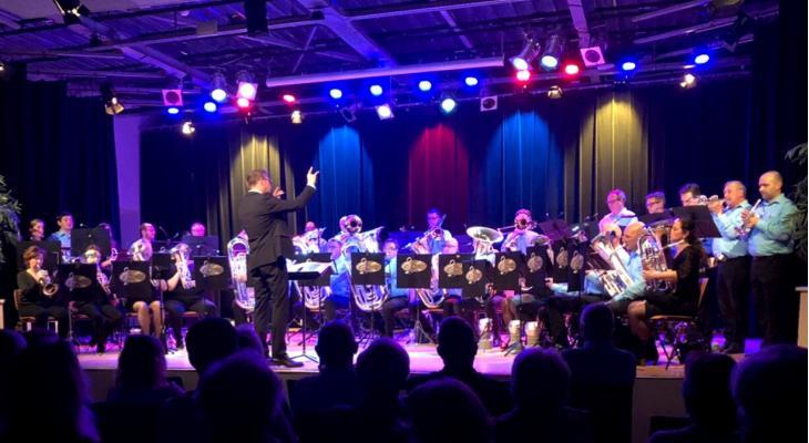 Brassband Breukelen belichtte Engelse muziek