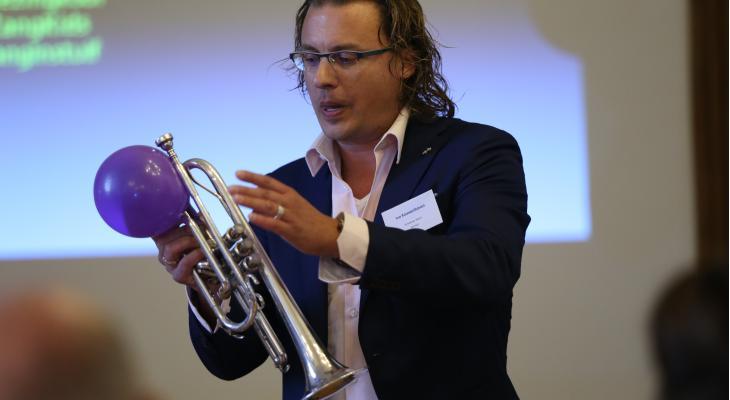 Ivo Kouwenhoven inspireert schoolorkest in Almelo