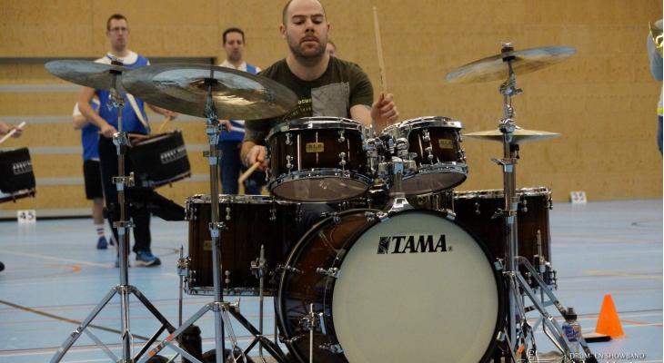 Adest Musica ontvangt donatie voor drumstel