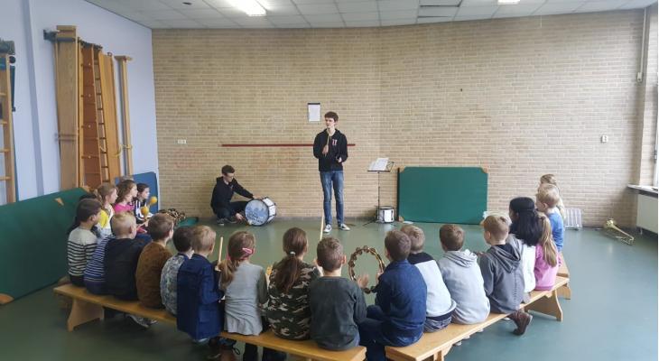 vLS Wezep laat 325 kinderen kennis maken met muziek