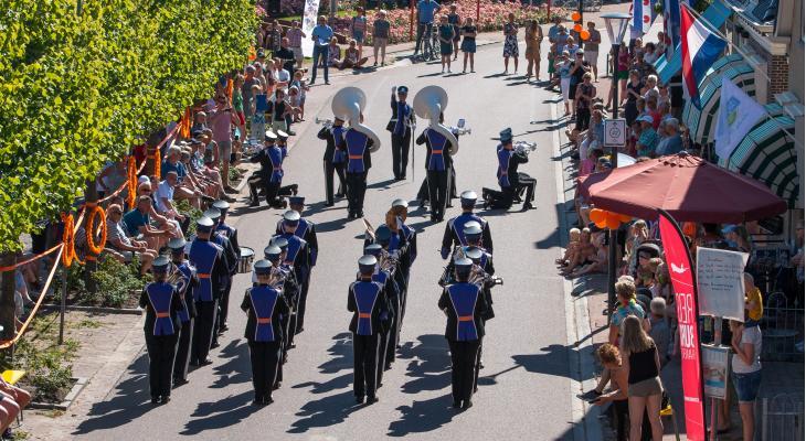 Streetparade en huldiging bij 125-jarige Oranje Minnertsga
