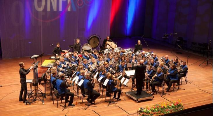 100 jaar Concordia Middelstum met tubaspeler Steve Sykes en sopraan Fardau van der Woude