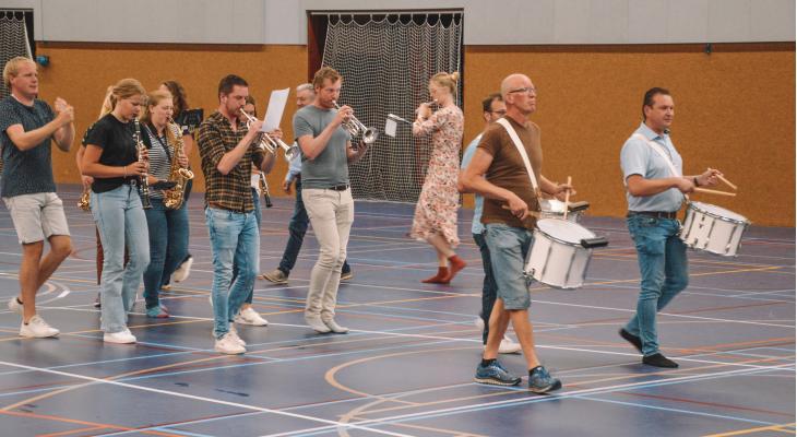 Vriezenveense Harmonie verbindt Oost en West met muziek
