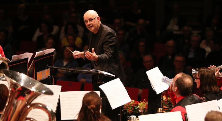 Klaas van der Woude stopt als dirigent van De Bazuin Oenkerk