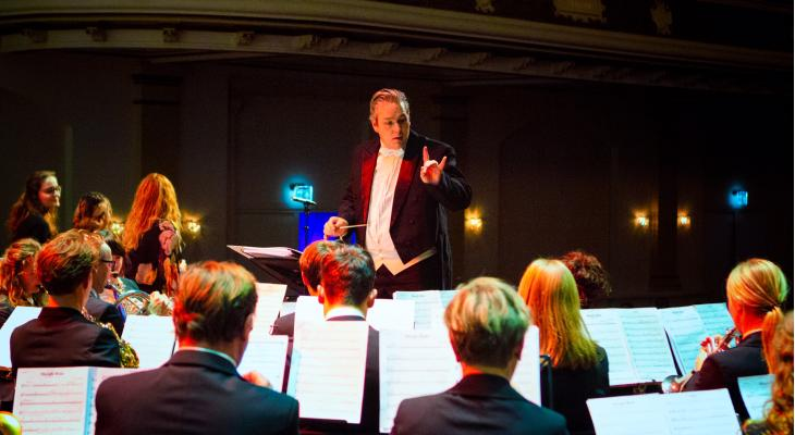 Brassband Rijnmond verrast met Chris Derikx als dirigent op NBK