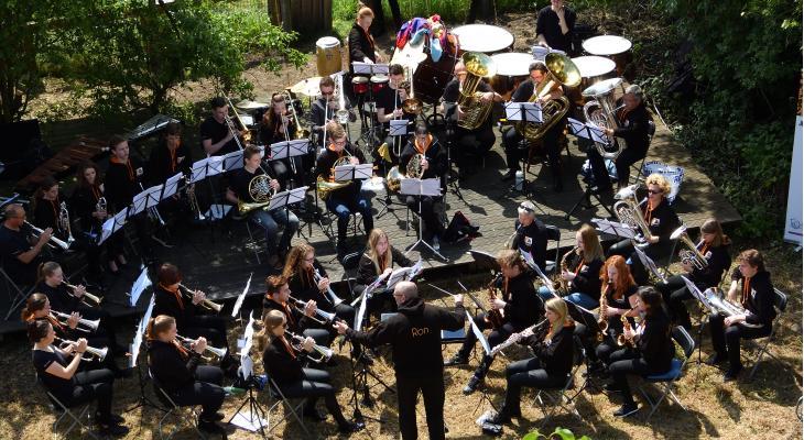 Concert JA! Jeugdfanfare Altena bij molen Veen