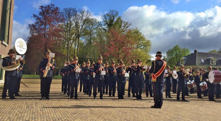 Te koop: 100 uniformen voor concert en op straat