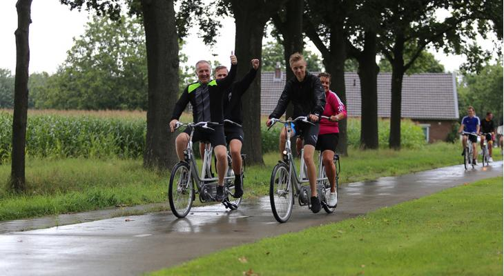 Elspeetse slagwerkers fietsend naar Kerkrade