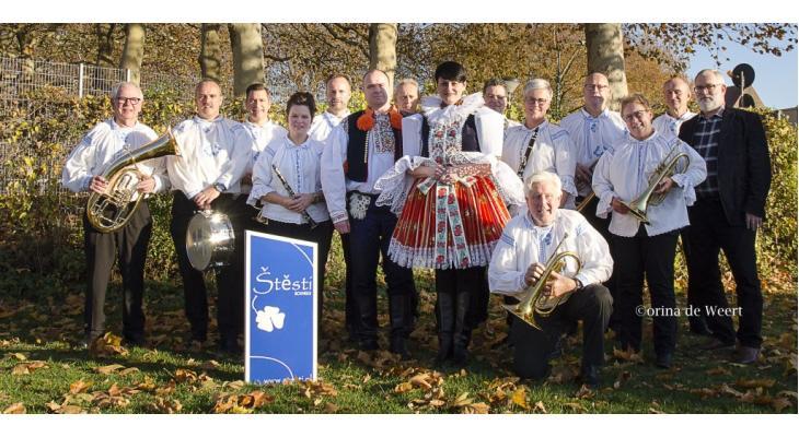 Blaaskapel Štěstí viert jubileum met festival