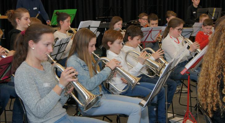 100 jeugdmuzikanten spelen Jump in Altena