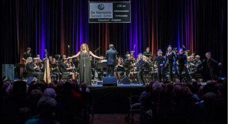 Staande ovatie voor De Harmonie en Iris Kroes