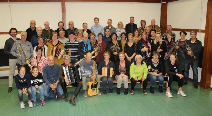 Concert PlekZat groot Opmeers orkest rond fanfare Erato