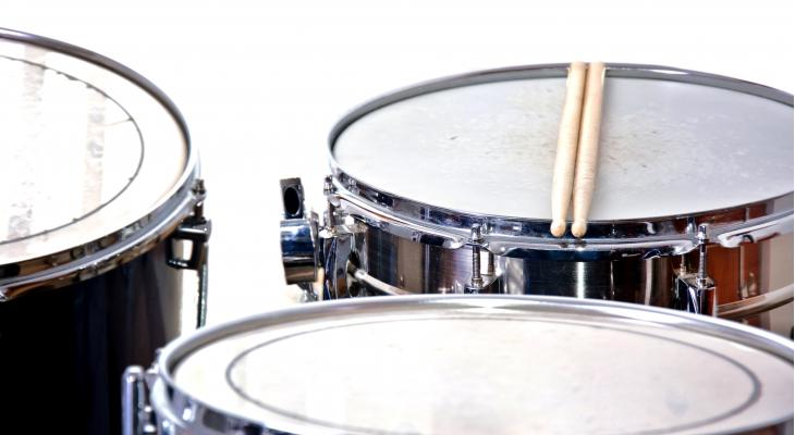 Drumdemand, nieuwe walking percussiongroup in gangsterpak