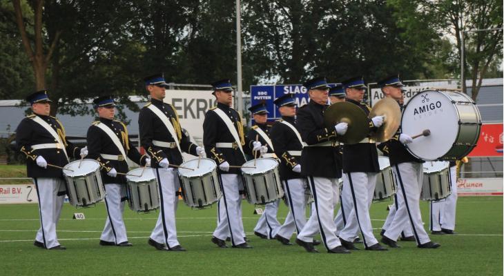Tamboers van AMIGO Leiden geven demo's in Engeland