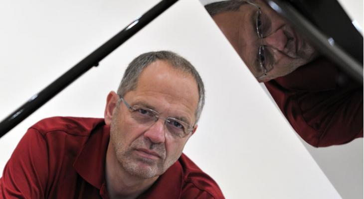 <p>Omroep Friesland eert 70-jarige Jan de Haan</p>