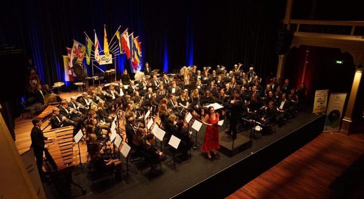 <p>Vriezenveense Harmonie zet al 100 jaar de toon</p>