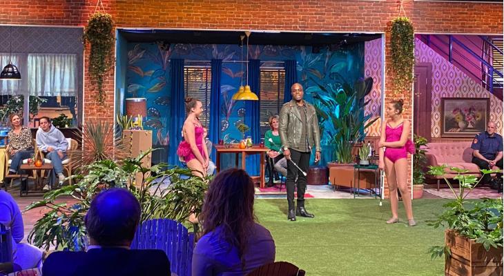 <p>Tess en Chloë in tv-show van Jandino</p>