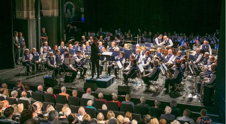 Kerstconcert door Helmonds Muziek Corps en Rimboband
